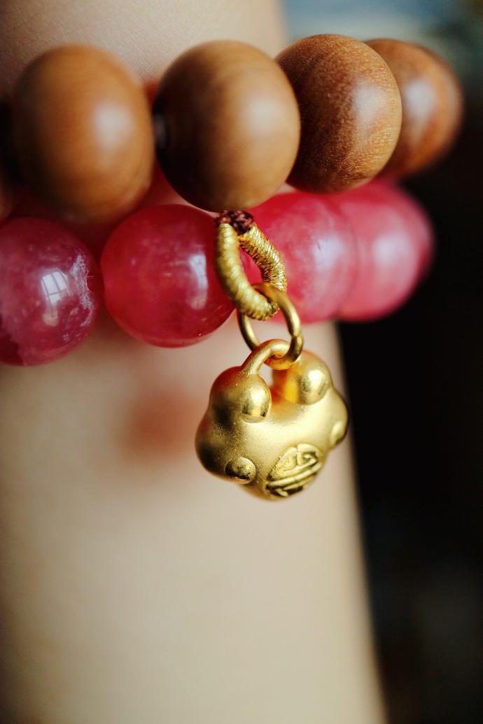 【红纹石|老山檀|千足金如意锁】红纹石遇上老山檀,时间仿佛都静止了。-菩心晶舍