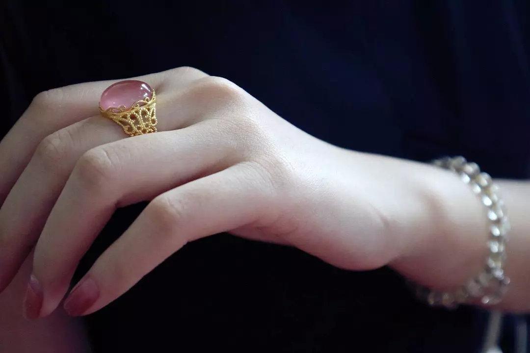 月光石和粉晶能一起戴吗?应该戴哪只手?-菩心晶舍