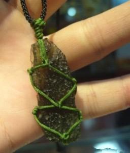 捷克陨石的几种佩戴与携带方法-菩心晶舍
