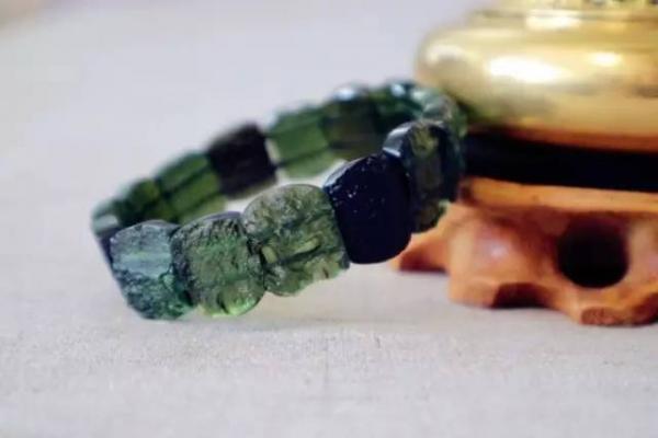 捷克陨石的佩戴与携带方法-菩心晶舍