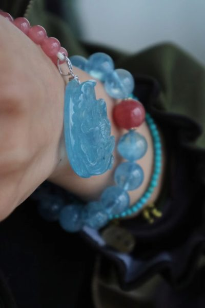 【海蓝宝 | 红纹石】 有幸你来,不悔遇见,余生,和你一起,好好爱自己。海蓝宝遇上红纹石,透彻美好的样子,像极了与你的初见。-菩心晶舍