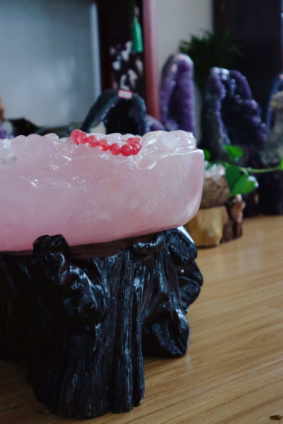 粉晶聚宝盆,顾名思义是招财聚气,升旺家宅的风水之用-菩心晶舍