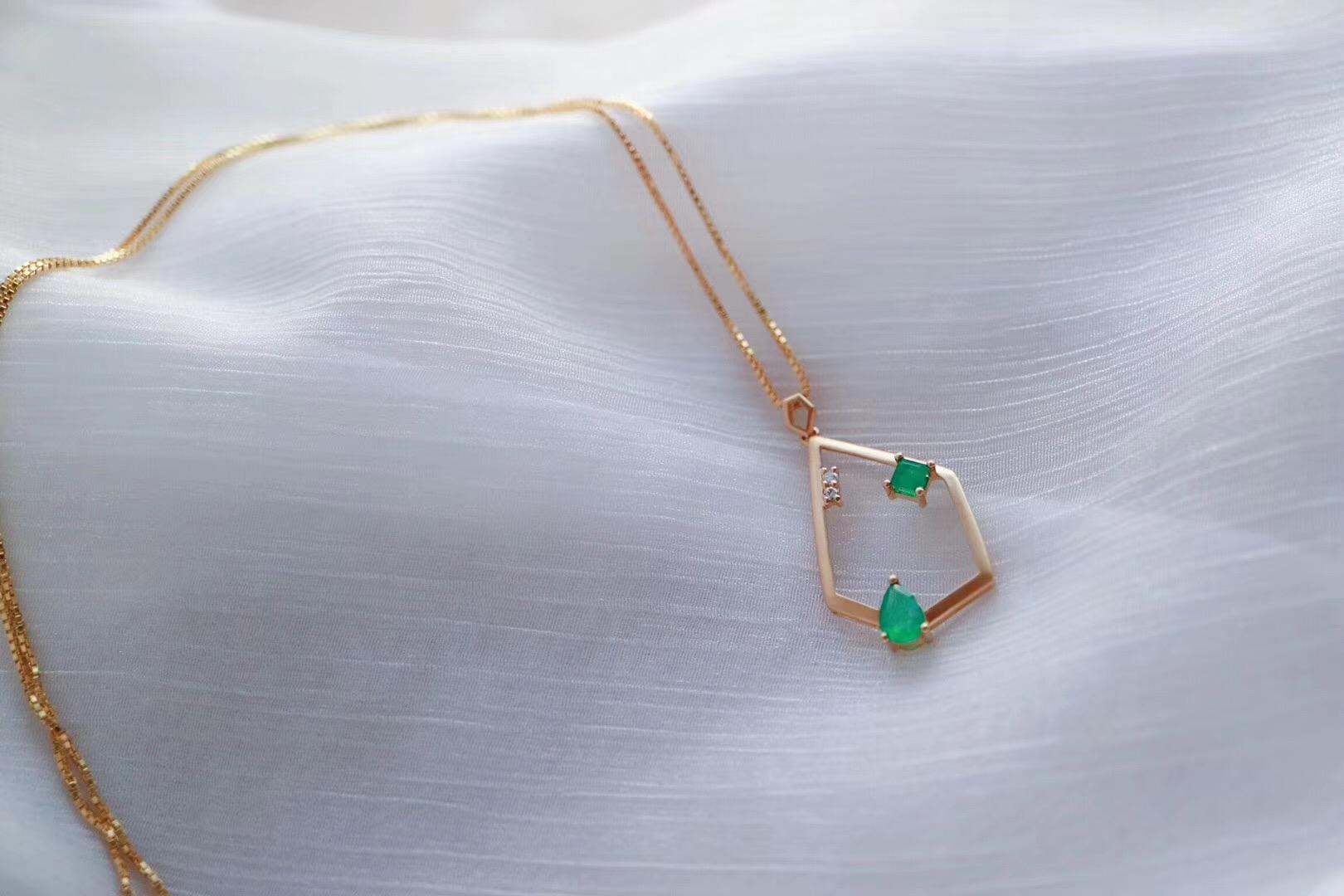 【祖母绿几何坠】最拽的角度佩戴出最完美的效果-菩心晶舍