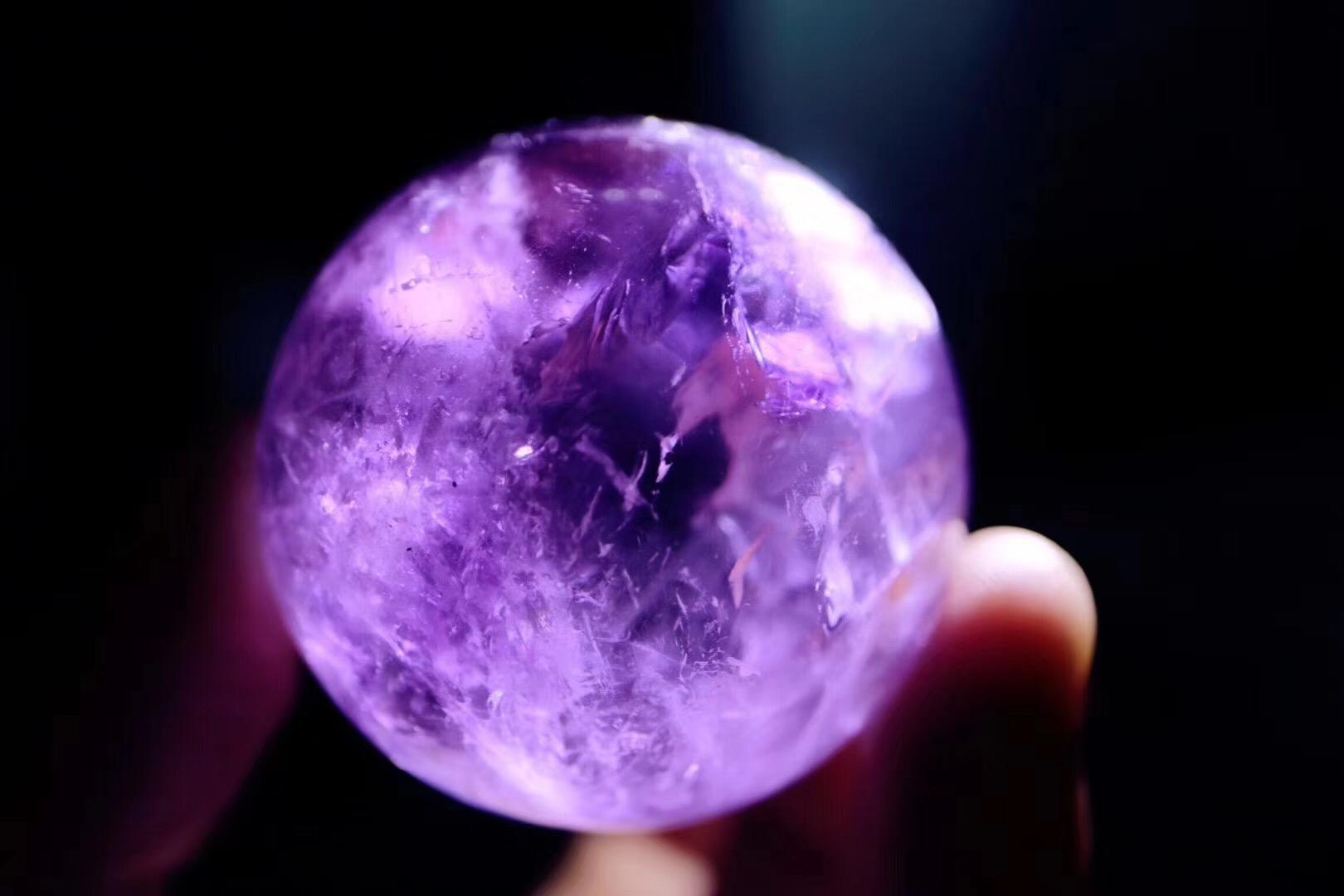 紫水晶球有什么功效和作用?紫水晶球摆哪里可以招财?-菩心晶舍