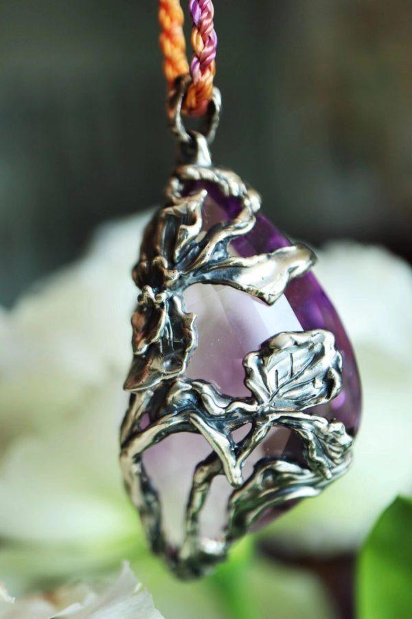 分享一枚大紫晶毛衣链,精雕了鸢尾花-菩心晶舍