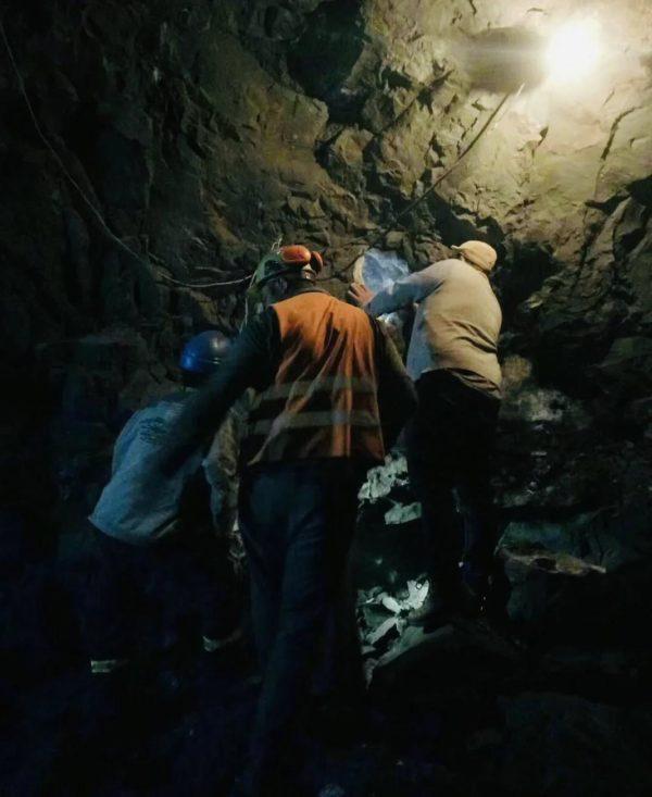 紫晶洞是天然的吗?看看紫晶洞的挖掘,有图有真相!-菩心晶舍