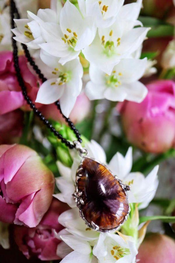 这一款紫钛晶吊坠配了立体的花花包边,更加温柔和显生命力-菩心晶舍