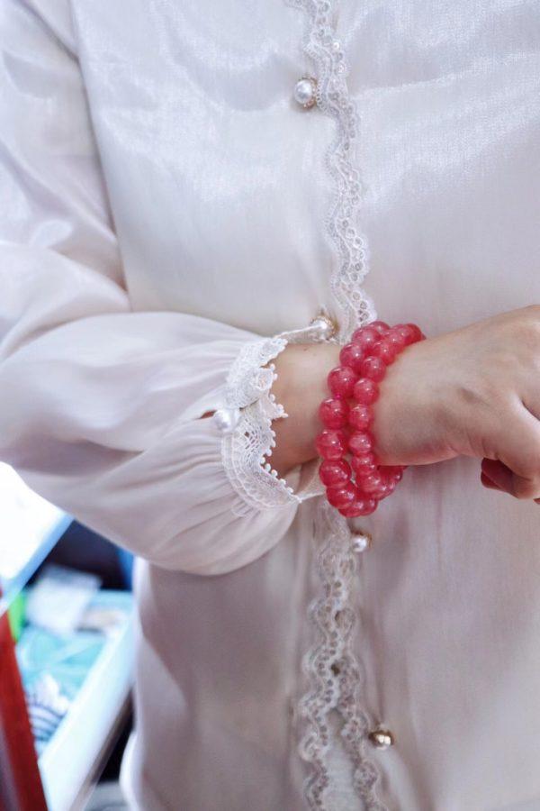 干净的素色衣服,配一条红纹石,绝了-菩心晶舍
