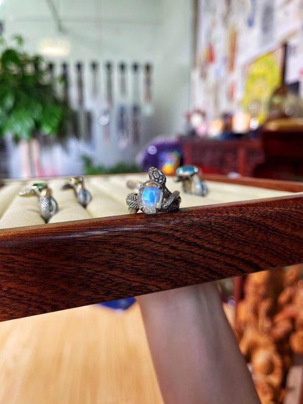 这一波蛇戒搭配的宝石为:月光石、橄榄石、碧玺、绿松石-菩心晶舍