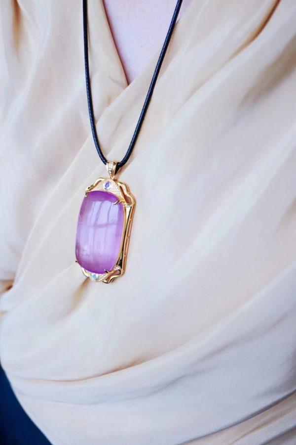 心轮晶石紫锂辉这一块方牌,太经典了,复古系的魅力-菩心晶舍