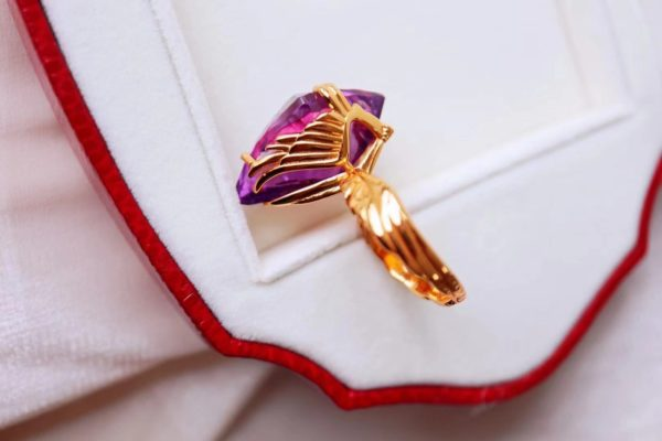一组天使之翼和盾牌的紫晶守护设计,彰显了一种霸气-菩心晶舍