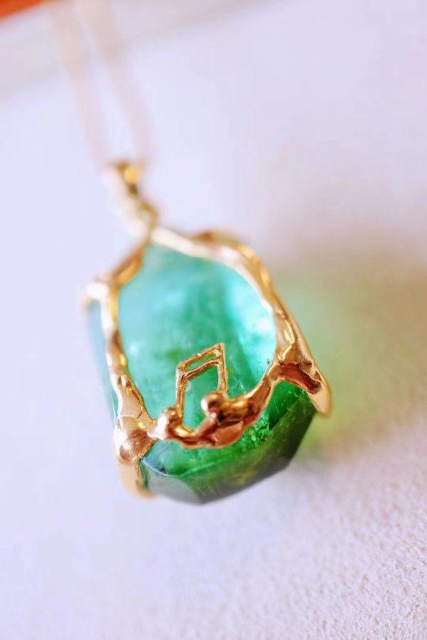 一颗来自大自然的绿碧玺原石,简单的用18k金镶嵌一下-菩心晶舍