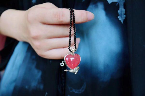 这一款红纹石爱心坠,设计思路来自定制小女孩的画-菩心晶舍