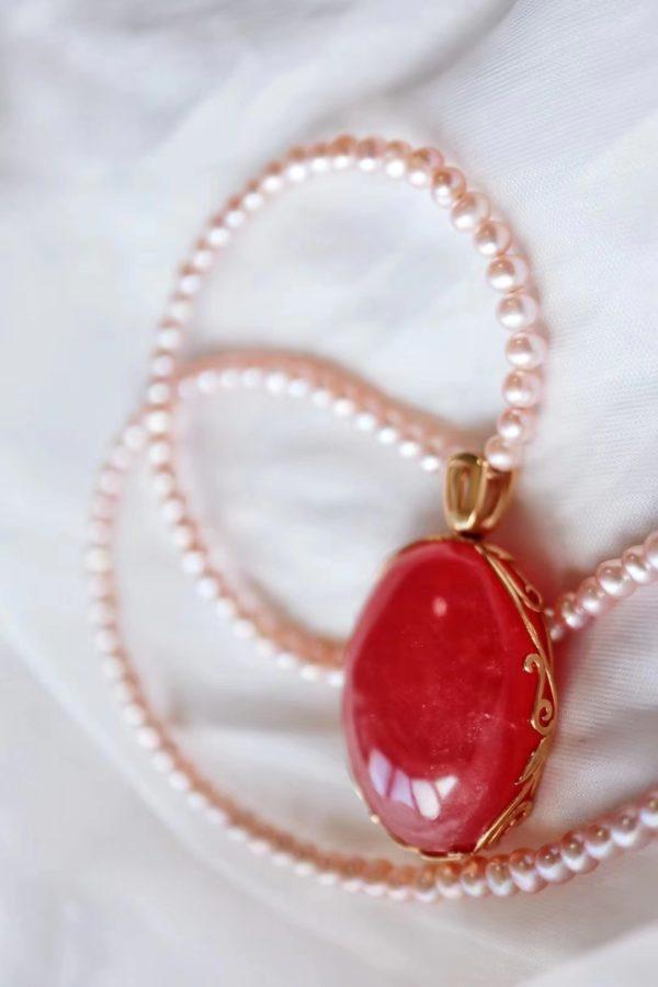 这一枚大圆牌,配上粉红色的珍珠,温柔且治愈-菩心晶舍