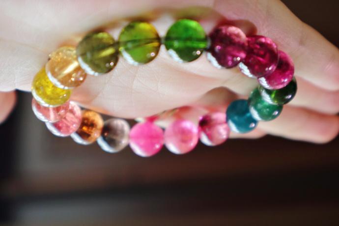 一条彩虹碧玺,直径10mm,看到她,感觉花都开了-菩心晶舍