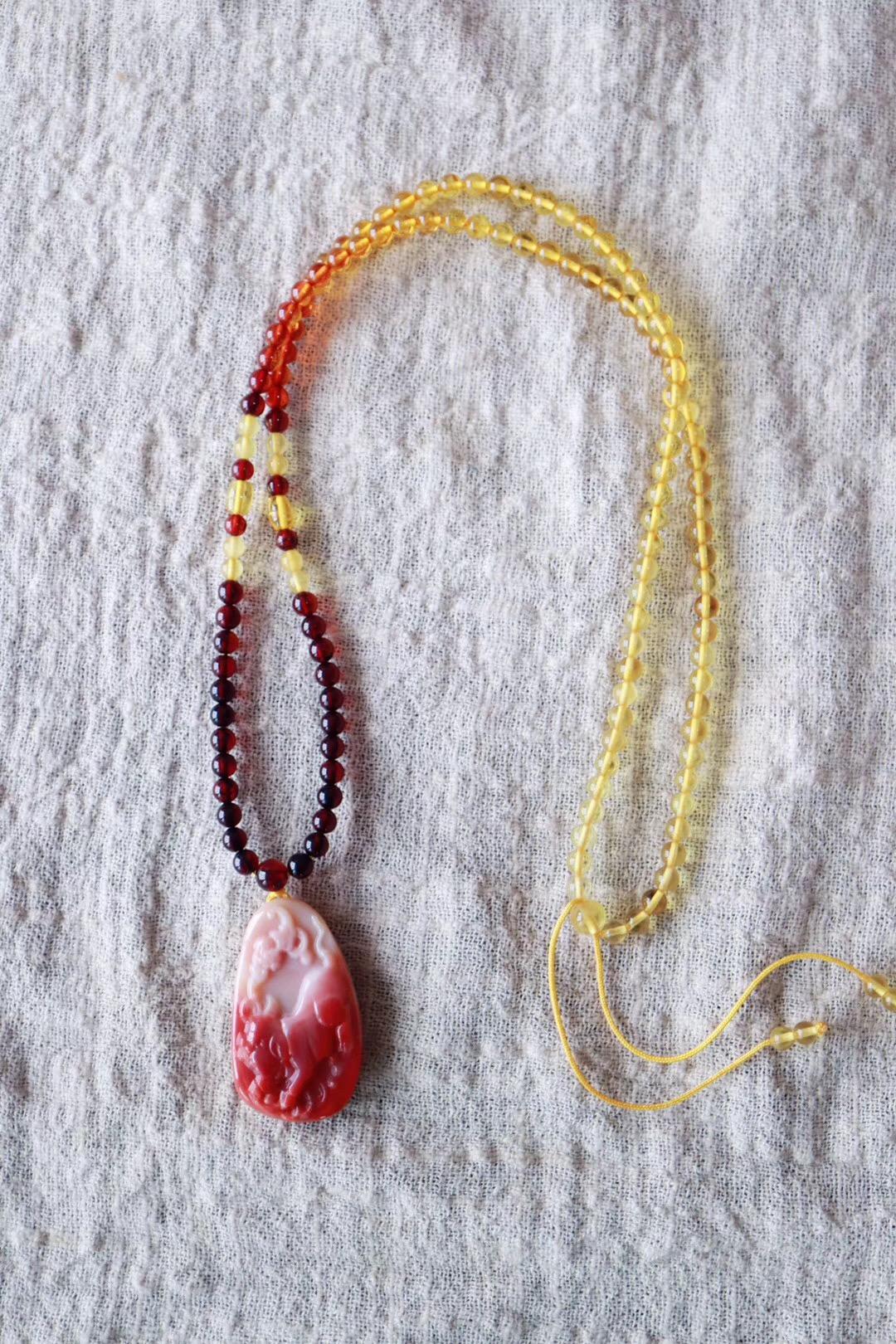 【菩心南红玛瑙 | 琥珀链】寓意福气和圆满,象征着猪事顺利-菩心晶舍