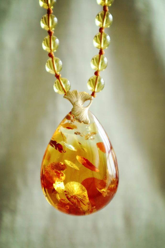 18k金镶嵌设计的灵动花珀,犹如片片银杏落下,唯美。 -菩心晶舍