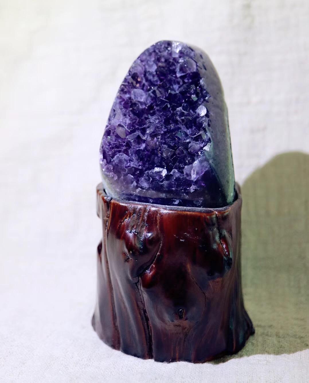 【乌拉圭紫晶簇   大卫星】紫晶簇对应眉心轮,有助于开发智慧-菩心晶舍