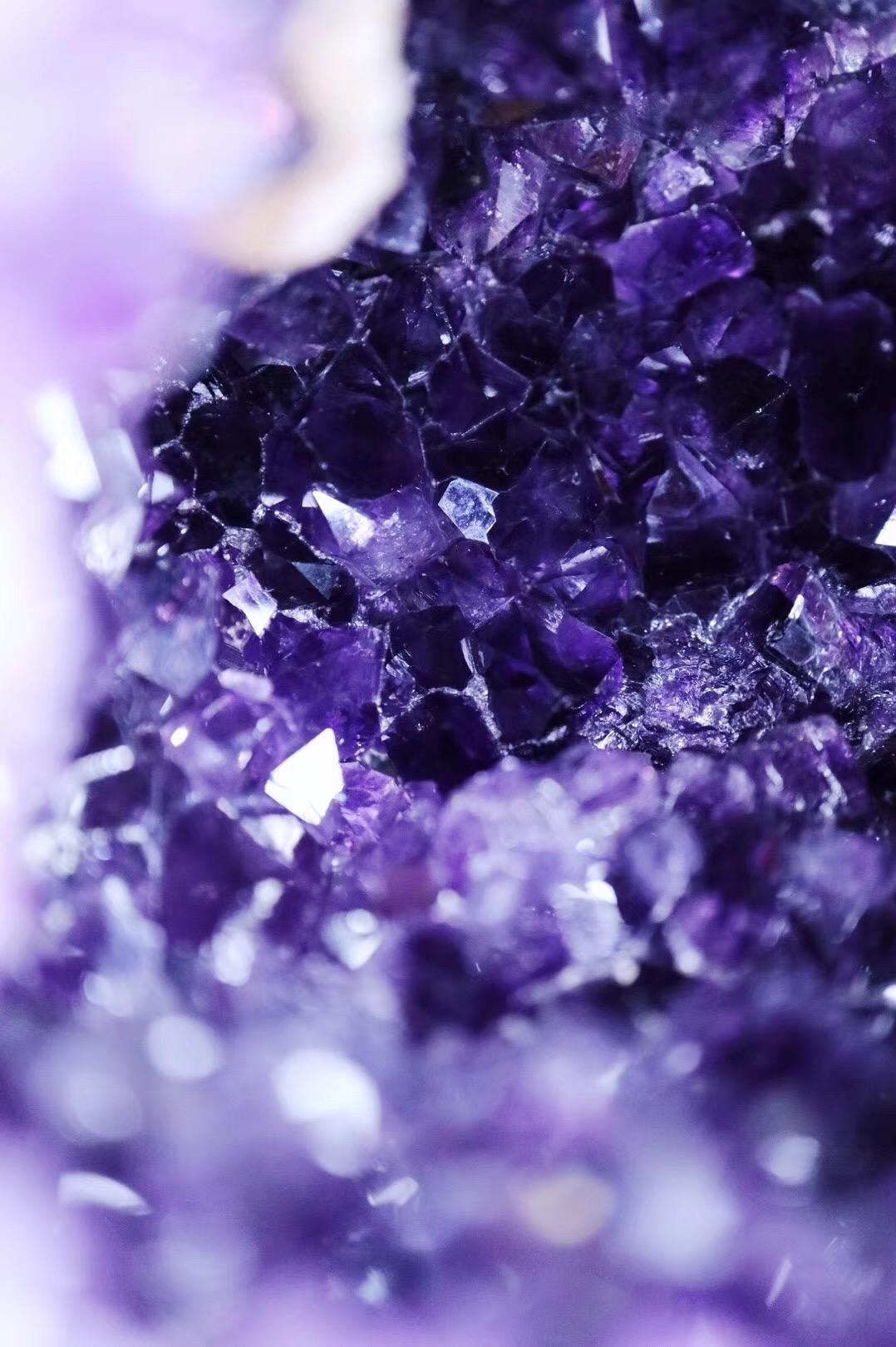 【菩心·原矿紫晶洞】藏着一枚白水晶矿石,就如珍珠般-菩心晶舍
